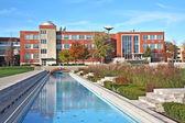 Bina ve havuz yansıtan — Stok fotoğraf