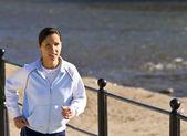 Correr en la orilla del río — Foto de Stock