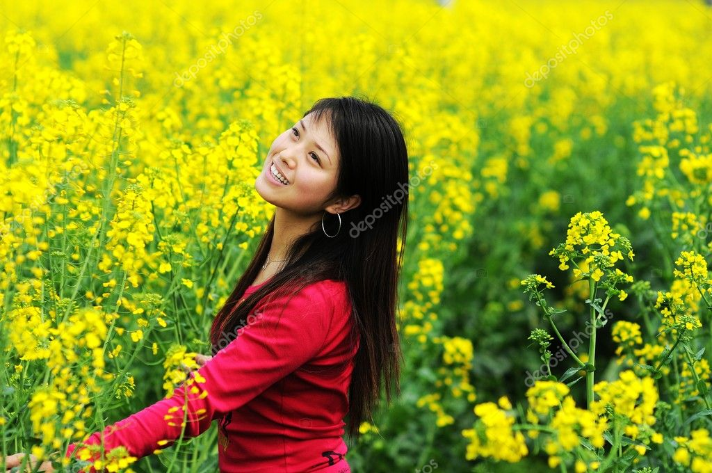 A pretty chinese women in rape flowers. — Stock Photo #2058471