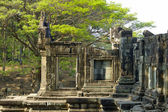 Ruined temple in the central Angkor thom — Stock Photo