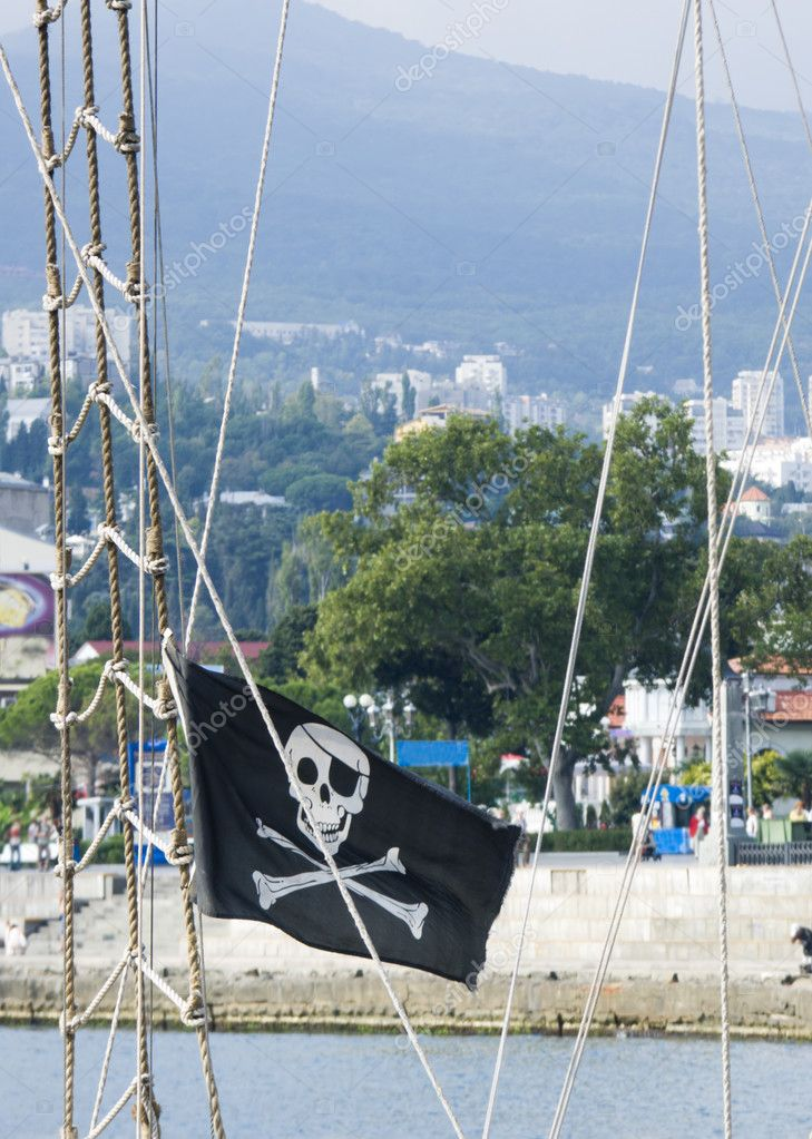 Pirate flag flying from a ship's mast. — Stock Photo #1873932