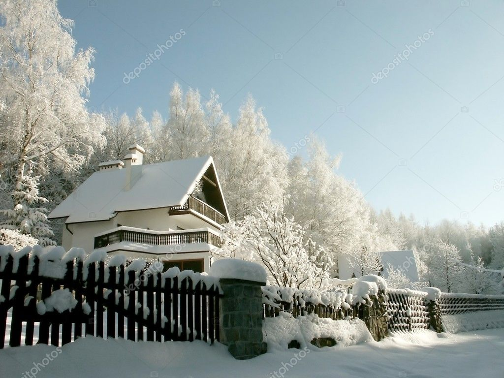House in the mountains among the trees covered with frost. Photo taken in January. — Zdjęcie stockowe #1874834