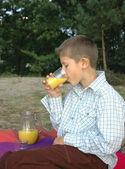 Child drinking juice — ストック写真