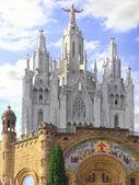 Tempel op de bergtop - tibidabo in barcelona stad. spanje — Stockfoto