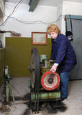 Operatör kadın-mühendis (Asansör makine odasında) — Stok fotoğraf