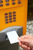 公共の夕べにカードを入れてください。 — ストック写真