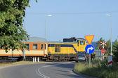 Järnvägen passerar med passerar tåget — Stockfoto