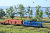 Paisaje con un lago y el tren — Foto de Stock