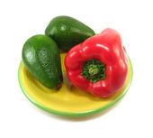 Avocados und rotem pfeffer — Stockfoto