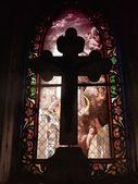 крест перед цветного стекла — Стоковое фото