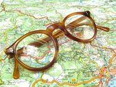 Glasögon på kartan — Stockfoto