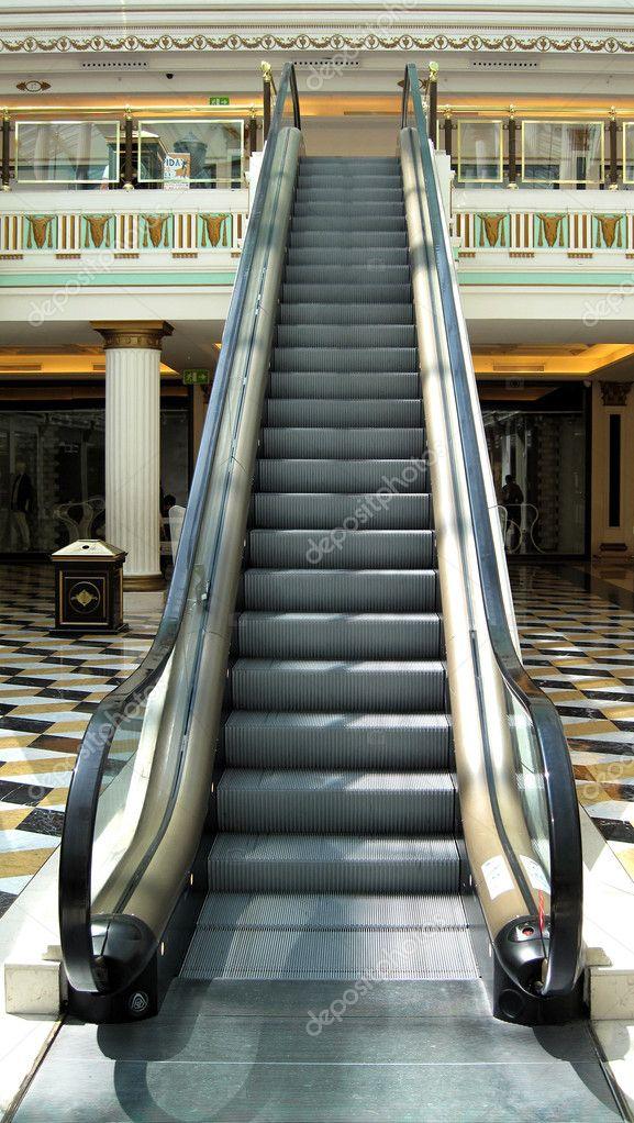 Escaleras mec nicas en un centro comercial foto de stock for Escaleras dielectricas precios