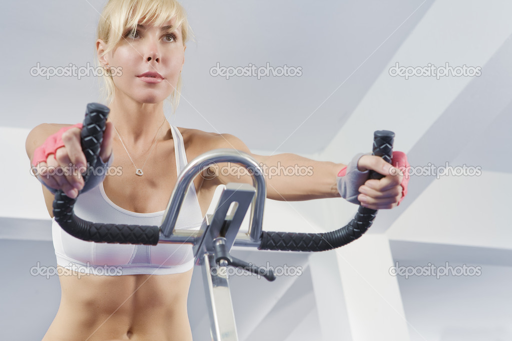 Portrait of young beautiful woman  getting busy in gym     — Stock Photo #1998371