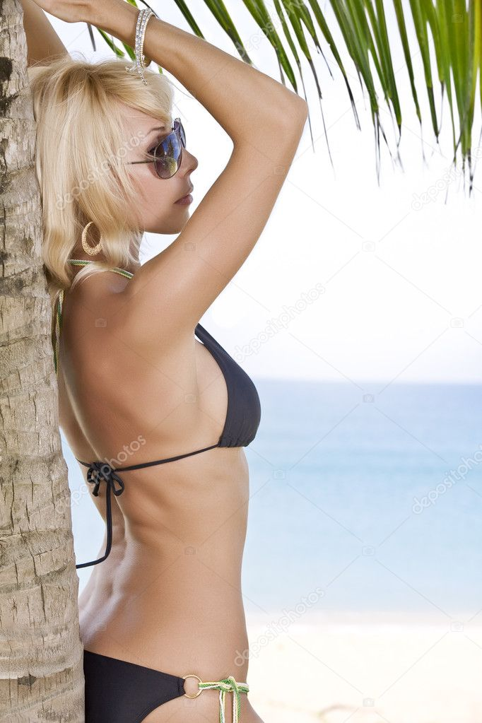 Portrait of beautiful girl having good time on tropical beach — Zdjęcie stockowe #2429742