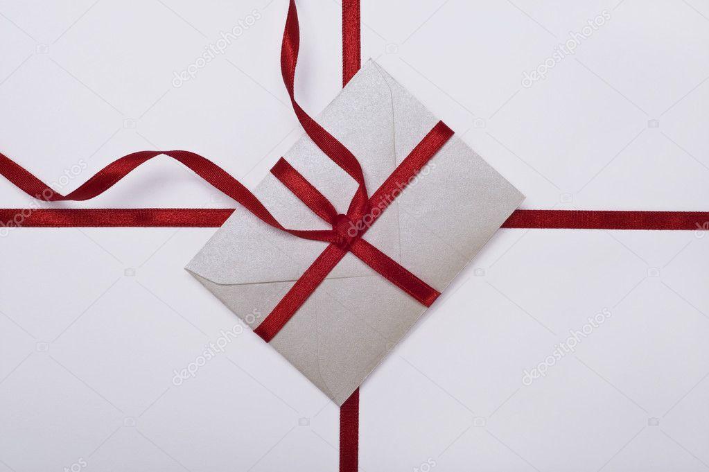 在白色背景上的红丝带圣诞信封 — 照片作者 tiptoee