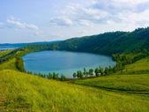Sjön i en fördjupning av en kulle — Stockfoto