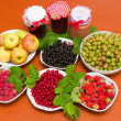 Jam and fresh fruit — Stock Photo