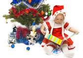 Das kleine mädchen mit weihnachtsgeschenke — Stockfoto