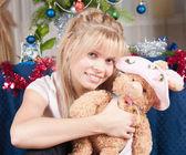 Dziewczyna z zabawki miękkie — Zdjęcie stockowe