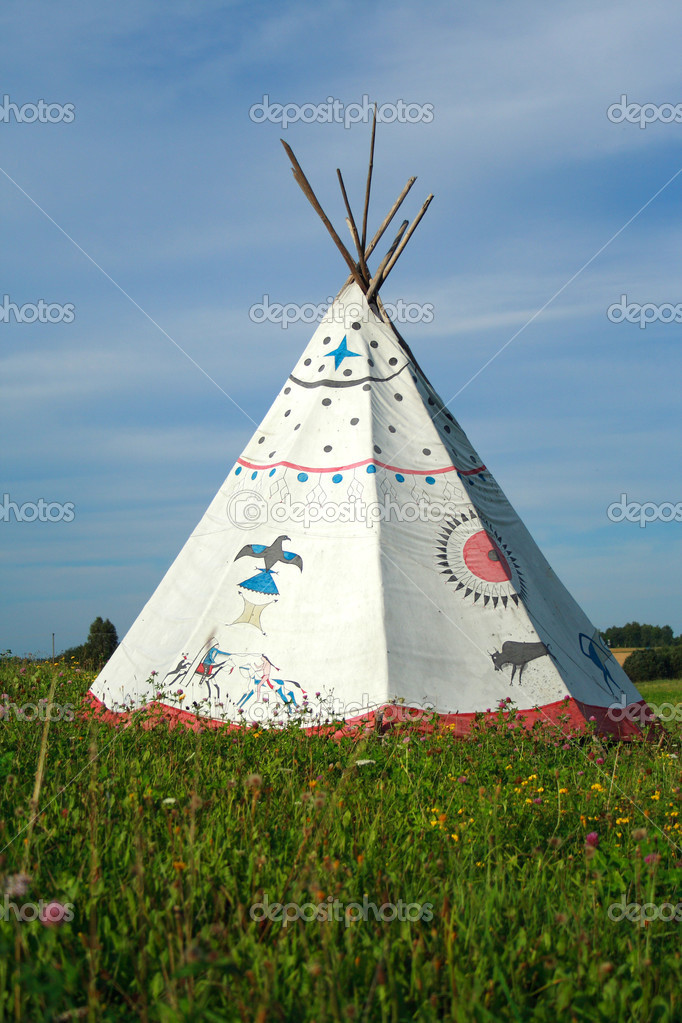 Tipi on green meadow on background of blue sky — Stock Photo #2582833