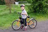 骑自行车的男孩 — 图库照片