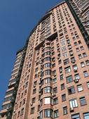 Nowy wysoki budynek z czerwonej cegły, satelity — Zdjęcie stockowe
