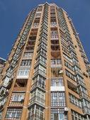 Nuevo alto edificio de ladrillo rojo, satélites — Foto de Stock