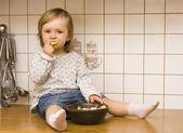 Roztomilá dívka v kuchyni — Stock fotografie