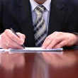 homme d'affaires est signer un contrat — Photo
