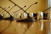 Microphones à la salle de conférence vide — Photo