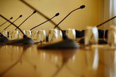 Microphones in empty conference hall — Stockfoto