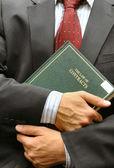 Rechtsanwalt, der ein buch hält — Stockfoto
