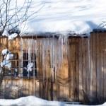 Sopel lodu na dachu — Zdjęcie stockowe