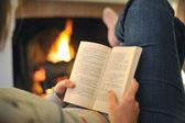 чтение перед cheminey — Стоковое фото