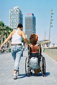Ayudando a una silla de ruedas — Foto de Stock