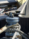 Windlass and rope on the old wooden boat — Stock Photo