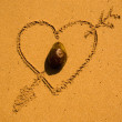 Heart and arrow in the sand — Stock Photo