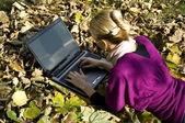 Kobieta pracuje na komputerze — Zdjęcie stockowe