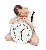Krásná žena s velkými hodinami — Stock fotografie