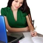 Portret van een vrouw die op laptop werkt — Stockfoto