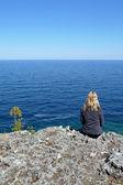 Bord de falaise détente femme blonde — Photo