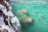 Lodowe urwisko w skaliste wybrzeże — Zdjęcie stockowe