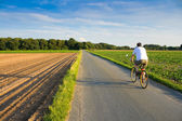 Riding a bike in the countryside — Photo