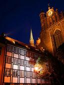 Torre de igreja gótica com um relógio — Fotografia Stock