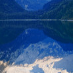 Mountain peaks reflecting in lake — Stock Photo