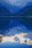 Mountain peaks reflecting in lake — Stock Photo