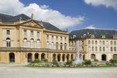 Castle building and water fountain — Stock fotografie
