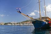 Blauw boot adriatische zee haven van korcula — Stockfoto