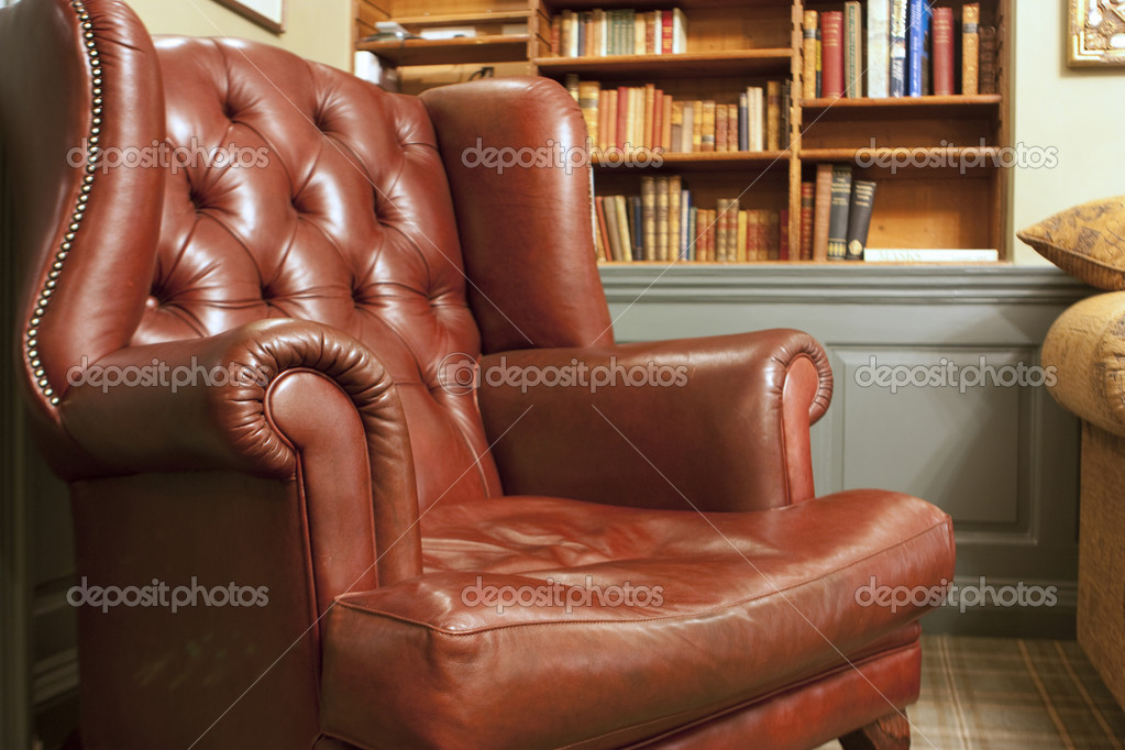 vieux fauteuil de style en face de bookshelv photographie joingate 2008851. Black Bedroom Furniture Sets. Home Design Ideas