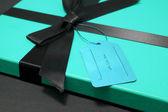 Geschenk in ein blaues feld — Stockfoto